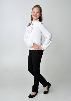 Трикотажная блузка белого цвета для девочки. Детская блузка белого цвета с рюшами и длинным рукавом.Нарядная блуза спереди украшена красивыми и нежными рюшами с пуговицами. Такую блузу можно носить как в школу, так и в повседневной жизни. Блузка эластичная, приятная к телу.