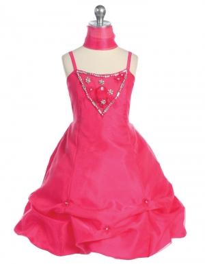 """Нарядное платье """"Габриэла"""" малинового цвета с шифоновымшарфиком.Оригинальное и пышное платье для настоящих модниц!Платье на тонких бретельках, вверх платья украшен бантиком и стеклярусом. Юбка очень пышная, в форме балона, украшена цветочками. Это роскошное платье идеально для любых праздников и торжеств."""