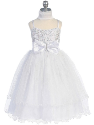 Нарядное белое платье с блестками на корсете и шифоновым шарфиком.Пышное и воздушное платье для праздников. Платье украшает красивый бант на поясе. В нем ваша девочка может быть. В дополнение к платью идет белый шифоновый шарфик.