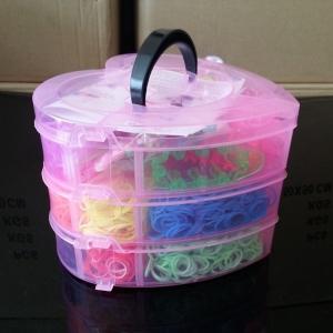 """Набор резиночек для плетения """"Сердечки"""".Набор 3400 шт в трех-уровневой коробке из пластика из разноцветных резинок 17 цветов. Резиночки в наборе однотонные и двухцветные. В набор входит: 1 маленький станок, 1 рогатка, 2 крючка, 22 S-клипс. Красивый и оригинальный набор резиночек для плетения. Идеальный подарок для девочки. С помощью резиночек для плетения, ваш ребенок сможет самостоятельно сплести браслеты, кольца, подвески, различные игруки для себя и своих близких."""
