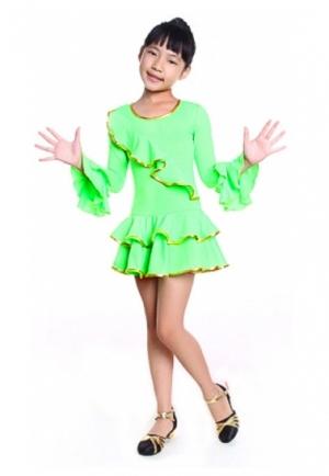 """Платье для танцев """"Кармелита"""" ярко-зеленого цвета цвета.с золотистой окантовкой. Это яркое платье для танцев подходит для занятий танцами, а также зажигательных латинских танцев и других танцев. Рейтинговое платье для девочек."""