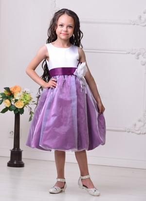 """Нарядное платье """"Флер"""" бело-фиолетового цвета с цветком на поясе.Стильное нарядное платье для девочек. Классический лиф без рукавов соединяется с пышной юбкой-баллон, покрытой верхним слоем тончайшей органзы. Дополняет великолепный образ объемная роза на талии."""