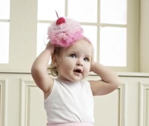 """Нарядный ободок """"Пирожное с вишенкой"""". Ободок это прекрасное дополнение к любому наряду на день рождение для вашей малышки. Сам ободок очень упругий, удобно носить на голове. Пирожное с вишенкой из шифона."""