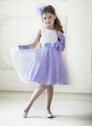 """Нарядное платье """"Розалия"""" с цветком на поясе.Изящное нарядное платье для маленьких леди. Белый лиф без рукавов с классическим вырезом горловины удачно сочетается с розовой юбкой модели. Завершает великолепный образ пояс с объемным ярким цветком в тон платья."""