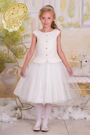 """Нарядное платье """"Инга"""" молочного цвета.В данной моделе платья с баской использован тонкий вязаный гипюр, основа коротого трикотажное полотно в цвет.Горловина платья - лодочка. Едва заметный рукавчик - крылышко, плотно прилегающий к плечу.Низ платья классического скокойного кроя средней длинны. Нижний слой юбки - тафта, верхний - два слоя сетки. По всей длинне спинки до бедер молния.Оригинальный наряд для настоящих модниц. Идеальный наряд для любого праздника."""