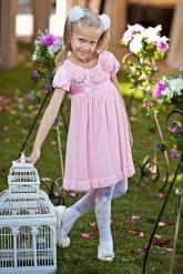Нарядное платье-трапеция розового цвета.