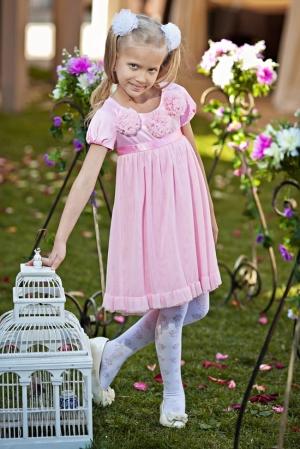 Нарядное платье-трапеция розового цвета. Красивоеплатье для девочек с коротким рукавом с шифоновыми цветочками на груди и пышной юбкой. Вверх платья из атласа с атласным поясом, а юбка из шифона. Платье сзади застегивается на пуговку.