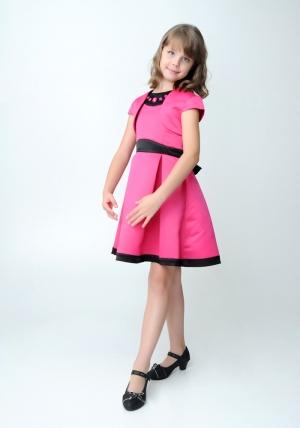 """Нарядное платье """"Кассандра"""" малинового цвета с болеро.Атласное платье цвета айвори с черными вставками. Элегантное платье для настоящих модниц. Платье украшают крупные стразы. Данное платье застегивается на молнию и завязывается в широкий бант."""