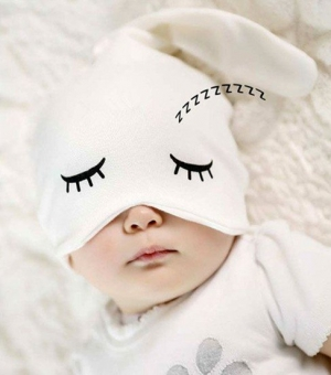 Шапочка для малышек с глазками. Очень нарядная шапочка для деток с 0 до 1 года. Очень хорошо тянется. Ваша малышка будет самой привлекательной в такой шапочке.