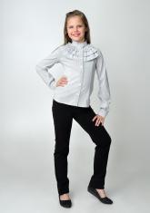 Детская блузка бело-серого цвета с длинным рукавом и воротником стойкой с рюшами.