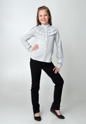 Осенняя школьная распродажа! Школьная линейка прошла, но начались школьные будни, и школьная блузка для девочки главная вешь в школьной форме. У нас вы можете приобрести красивую детскую блузку бело-серого цвета с длинным рукавом и воротником стойкой с рюшами. Нарядная блузка - спереди украшена рюшами. Очень красивая и нежная блузка, можно носить со школьным костюмом, юбкой или школьными брюками. Также данную блузку можно носить на праздник или в повседневной жизни. Ткань эластичная, хорошо тянется.