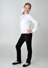 Детская блузка белого цвета с длинным рукавом.