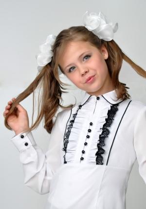 Школьная одежда для девочки! Одна из главных вещей из школьной формы для девочки -- это школьная блузка. Мы предлагаем, блузку белого цвета с черным кружевом и длинным рукавом.Нарядная блузка - спереди украшена рюшами с черным кружевом. Очень красивая и нежная блузка, можно носить со школьным сарафаном, костюмом. Также данную блузку можно носить на праздник или в повседневной жизни. Ткань эластичная, хорошо тянется.