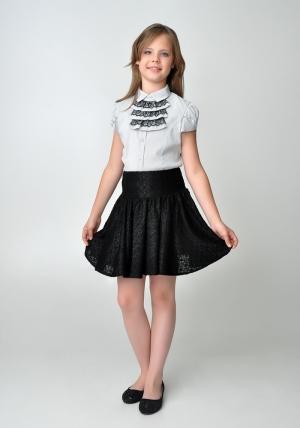 Школьная блуза с коротким рукавом серого цвета с жабо из черного кружева.Нарядная блуза серого цвета идеальный наряд для девочек школьного возраста. Блузка с воротником и планкой застежкой с пуговицами, украшена декоративным элементом - съемным жабо, пристегивающимся на пуговицы.Блузку можно носить с жабо и без. Спинка блузки присборена. Оригинальный крой рукавов с запахом и пуговицами, делают блузку еще нарядней. что позволяет носить ее как в школу, так и в повседневной жизни.
