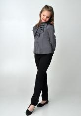 Детская блузка серого цвета с рюшами и длинным рукавом.
