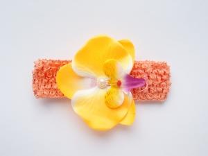 Красивая повязка с цветком. Цветок орхидея желтого цвета на повязке в сеточку.Повязка в сеточку хорошо тянется, цветок приклеен. Сердцевинка цветка украшена жемчужиной. Повязка идеальна для малышек и девочек.