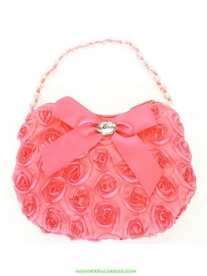 Коралловая сумочка с розочками и атласным бантиком. Сумочку украшает бантик, внутри бантика стразина, а ручка сумочки с оригинальными бусинами. Прекрасный аксессуар, дополнение к любому наряду.