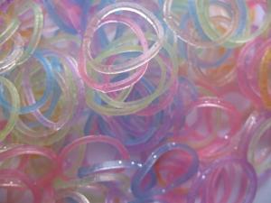 Резиночки для плетения нежно-перламутровые.В набор входит: резиночки 350 шт, 1 крючок и 10 S-клипс.