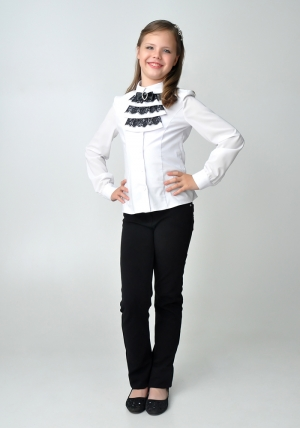Осенняя распродажа! Блузка для девочки, школьная блузка. Детская блузка белого цвета с манишкой из черного кружева.Нарядная блуза спереди украшена красивой и нежной манишкой. Такую блузу можно носить как в школу, так и в повседневной жизни.