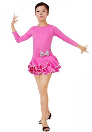 Платье для танцев малинового цвета с серебристым бантиком сбоку на талии. Это яркое платье для танцев подходит для занятий танцами, а также зажигательных латинских и других танцев. Рейтинговое платье для девочек.